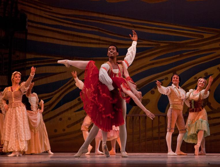 El Ballet Nacional de Cuba bailó Don Quijote. Amaya Rodríguez y José Losada, Primeros Bailarines del Ballet Nacional de Cuba. FOTO: Gabriel Dávalos