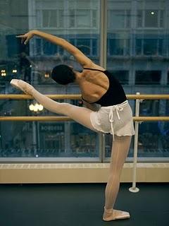 Imagem 2: Tentendo alcançar a perna com o braço oposto