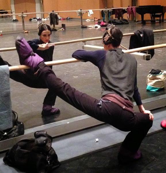 Perna na barra com plié na perna de base